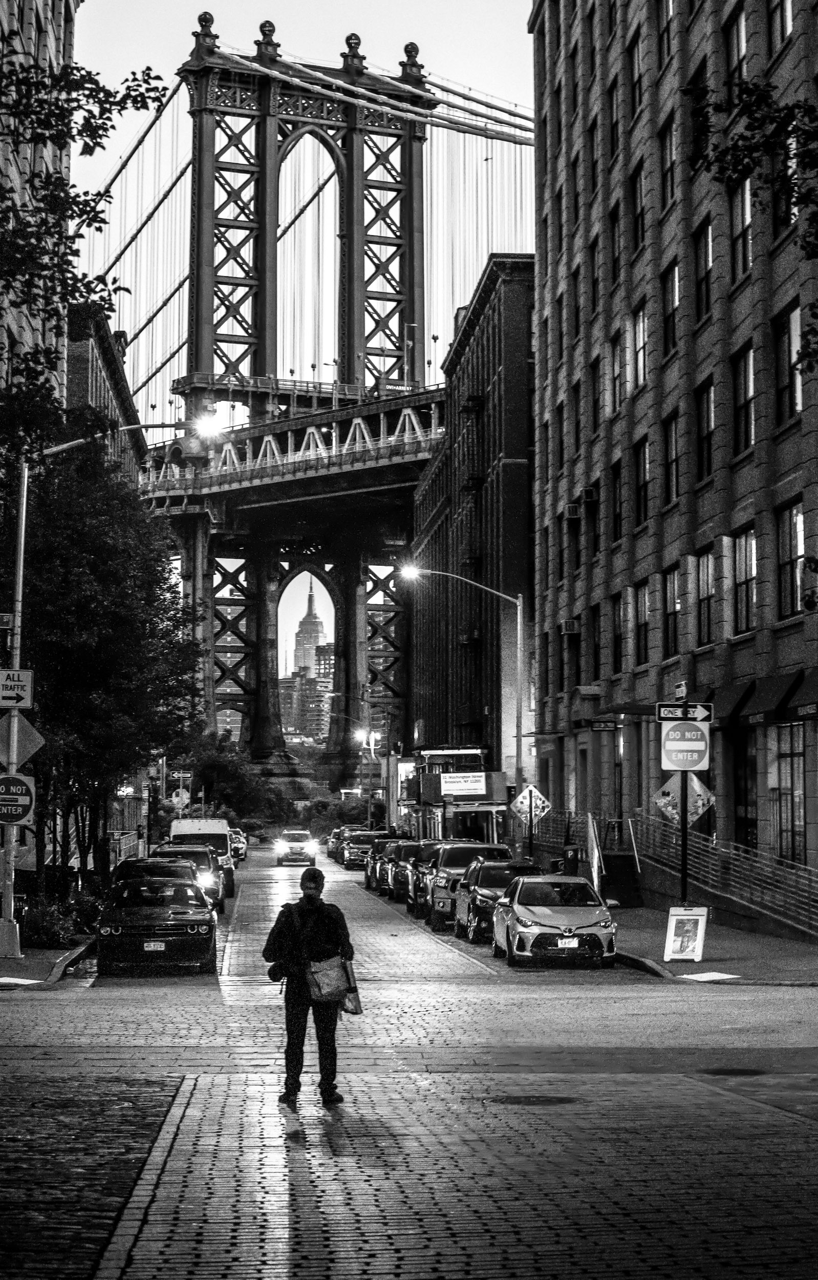 Paul Kenton, UK cityscape artist, plein air painting at Manhattan Bridge, New York in preparation for new original paintings